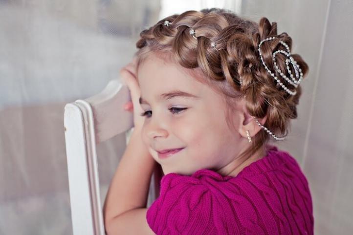 Роскошная прическа для малышки украшенная бусами