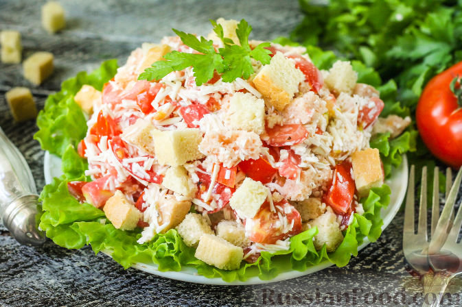 Салат минутка с сухариками и помидорами