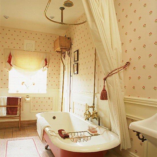 Ванная в стиле прованс. Изюминка интерьера ванна на ножках и обои в мелкий цветочек..