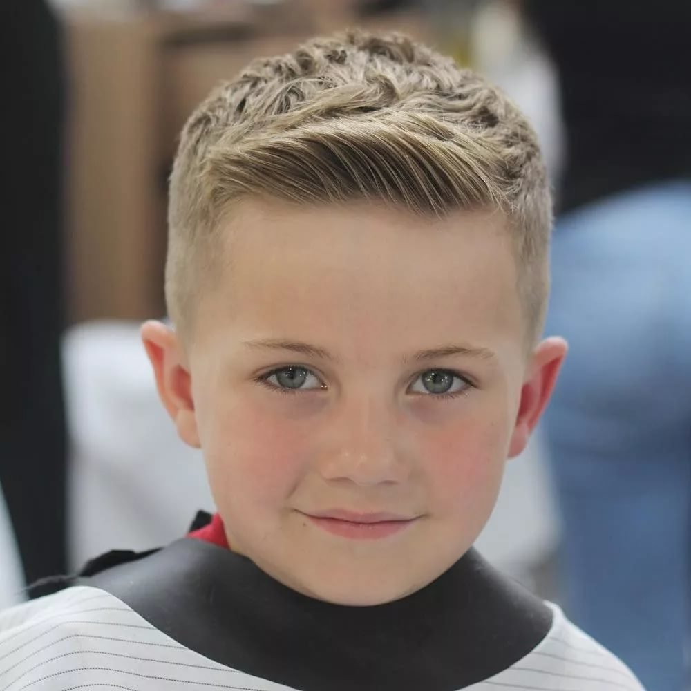 Чтобы подчеркнуть индивидуальность и милое личико, достаточно выполнить простейшую, но модную в году детскую прическу на короткие волосы.