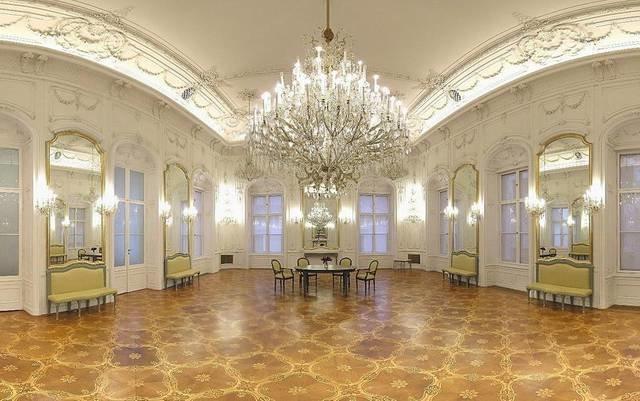 ожалуй, все-таки самым красивым и самым утонченным, самым ценным и наверное самым богатым залом во дворце Фештетичей является его библиотека.