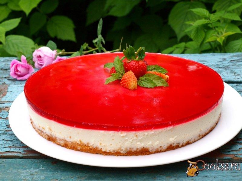 Желейно-бисквитный торт с клубникой и малиной
