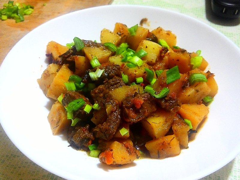 Лосятина тушёная с картофелем и овощами