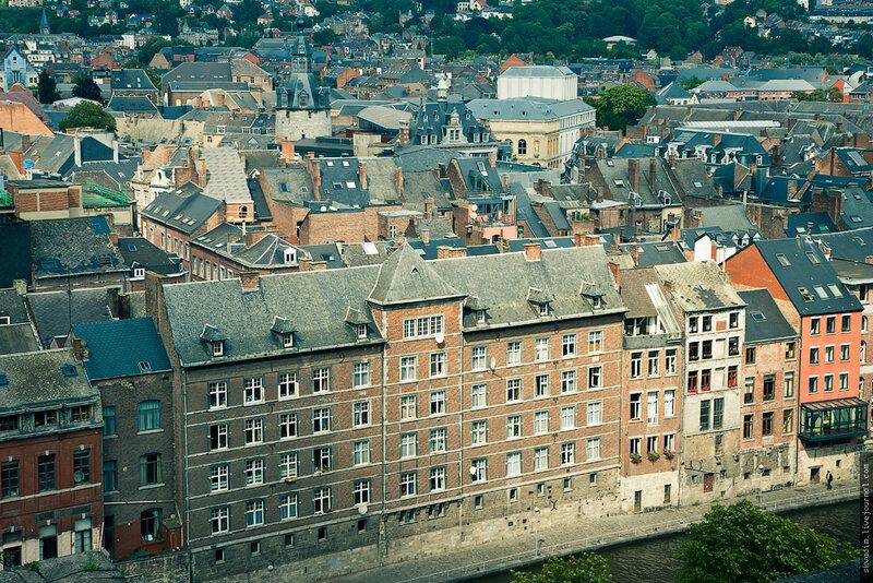 На левом берегу реки Маас расположены особняки 16-19 веков. Намюр. Бельгия
