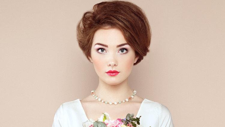 Объемная прическа невесты с короткими волосами.
