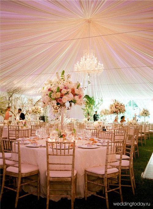Вне зависимости от бюджета мероприятия, не обойтись без декора помещения цветами. Цветы подчёркивают не только торжественность и красоту момента, но и создают общее благодатное настроение, как у молодых, так и у всех окружающих гостей. Цветочные композиции могут украшать праздничные столы, стены, стулья, а могут выступать в качестве элементов украшения потолка. Живые цветы — один из самых изысканных и простых способов сделать свадьбу особенной. Они всегда неповторимы и одинаково уместны на любой свадьбе.