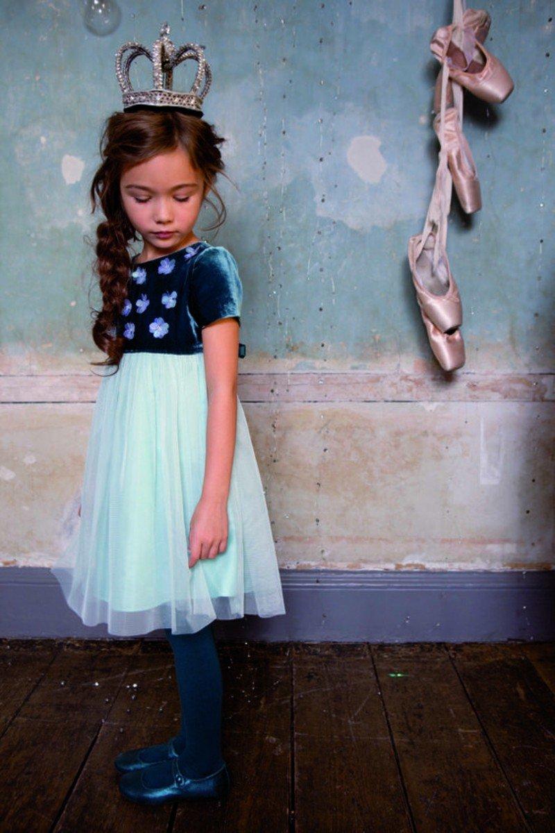 Девушки легкие тенденции, синий тюль юбка.