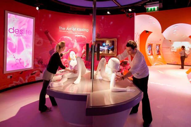 Музей «Амуры Лондона». Для того чтобы почувствовать себя счастливым, человек должен не только открывать новое, получать яркие эмоции и впечатления, но и уметь расслабляться и раскрепощаться. Лучшее место в британской столице для этого — музей Амуры Лондона. Экспозиция, торжественно открытая в 2007 году, привлекла внимание туристов, местных жителей, прессы. Ведь городом любви, свободным и немного развратным, традиционно считается Париж. Лондон в этом плане гораздо куда более скромен.