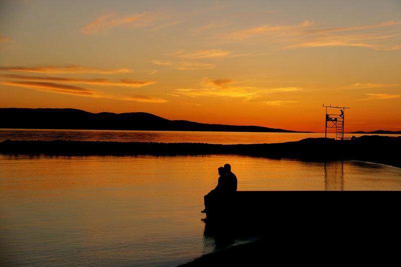 Хорватский курорт Макарска купается в лучах вечернего солнца
