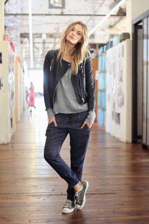 Изначально эта модель брюк вошла в женский гардероба в качестве спортивной одежды, однако сегодня эти удобные и оригинальный брюки