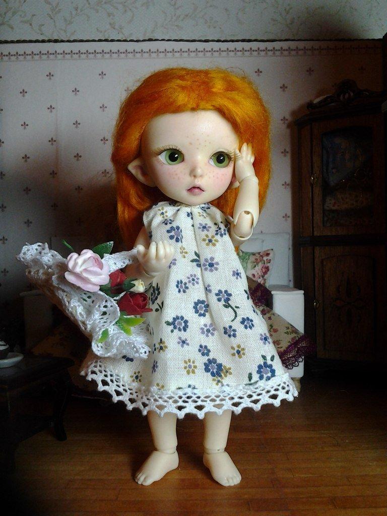Шарнирная кукла-девочка с рыжими волосами.