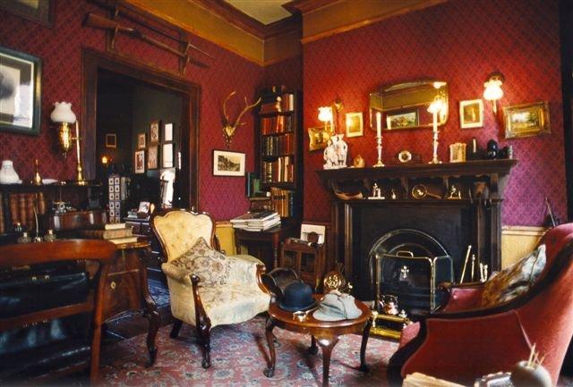 Третий этаж музея Шерлока Холмса занимают комнаты, в которых жили Доктор Ватсон и горничная миссис Хадсон — незаменимая помощница Шерлока в бытовых вопросах. Кстати, именно она встречает гостей и знакомит с хозяйскими владениями. Четвертый этаж особняка к сыщику отношения не имеет, здесь собраны бюсты и скульптуры героев других произведений Артура Конан-Дойля. Официальный адрес музея Шерлока Холмса — Baker Street, 221 b.