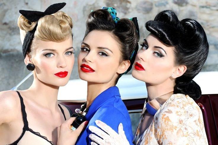стиль Пин Ап подразумевает ярко-красные губы, прически, перехваченные платками, повязками, красивые начесы и пучки.