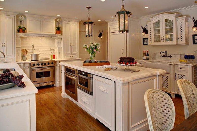 кухня в стиле прованс с островом со встроенным духовым шкафом
