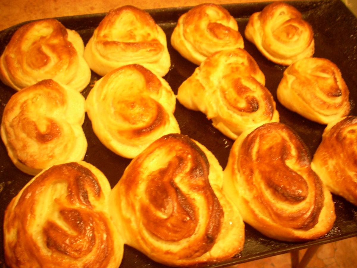Вкусные, мягкие булочки-круассаны из дрожжевого теста.