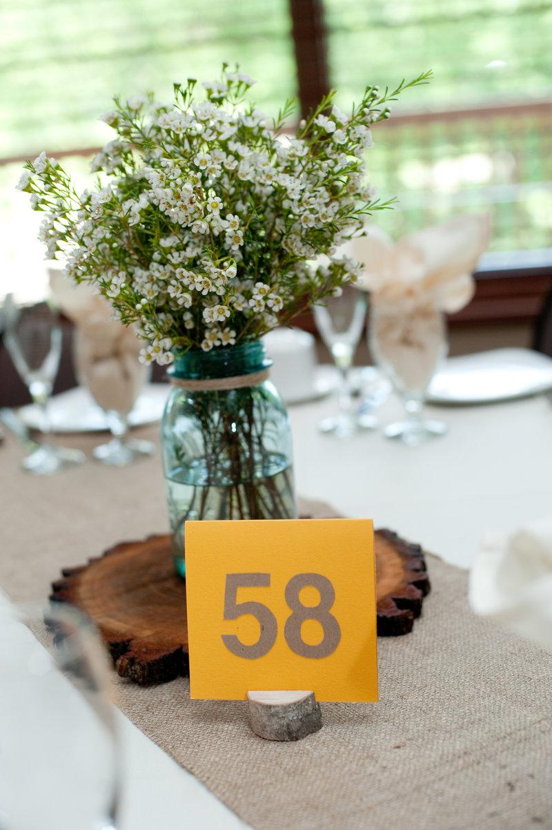 Рустикальный стиль свадьбы диктует определенную цветовую гамму, определить которую можно словами «природная» и «натуральная» - это сочетание кремового, белого, серого, коричневого, голубого, зеленого и розового цветов. Акцентами могут быть васильковый, желтый и остальные оттенки полевых цветов, однако слишком ярких цветов следует избегать, так как пропадет ощущение естественности. При организации такой свадьбы особое внимание следует уделить месту ее проведения.