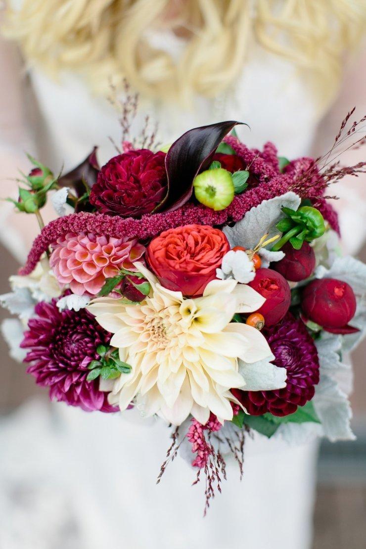 Букет невесты яркого цвета марсала, цветов