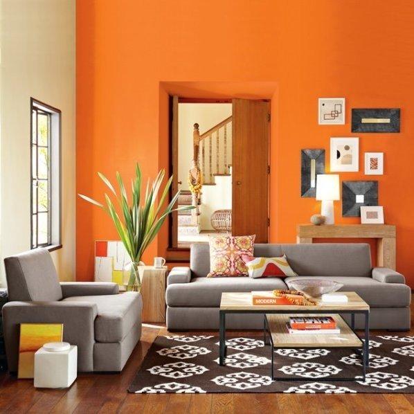 Благородный серый прекрасно сочетается с оранжевым цветом стен, что довольно оригинально смотрится и делает комнату довольно уютной.