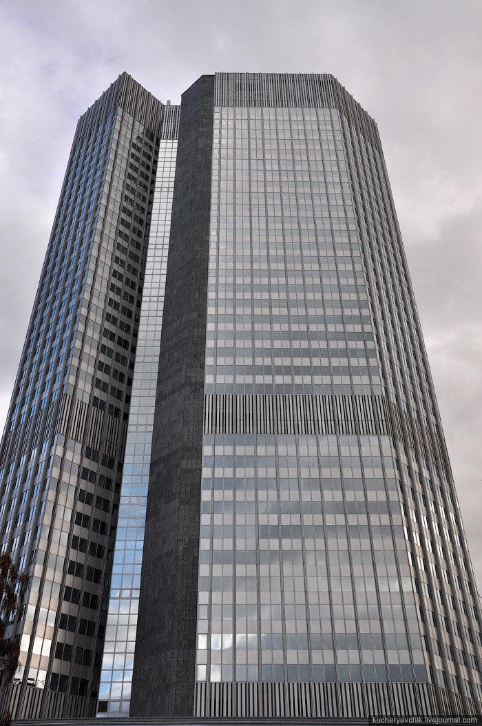 Здание «Eurotower» (так незамысловато называется штаб-квартира Европейского центрального банка) было построено между 1971 и 1977 годами. Оно насчитывает 40 этажей (148 метров) и является 11 по высоте зданием Франкфурта. Поначалу офисные помещения в небоскребе арендовал некий банк (Bank für Gemeinwirtschaft), пока со временем сюда не переехал Европейский Монетарный Институт – предшественник созданного в 1998 году Европейского Центробанка. Одним из условий создания еврозоны было то, что штаб-квартира нового Центробанка разместится во Франкфурте.