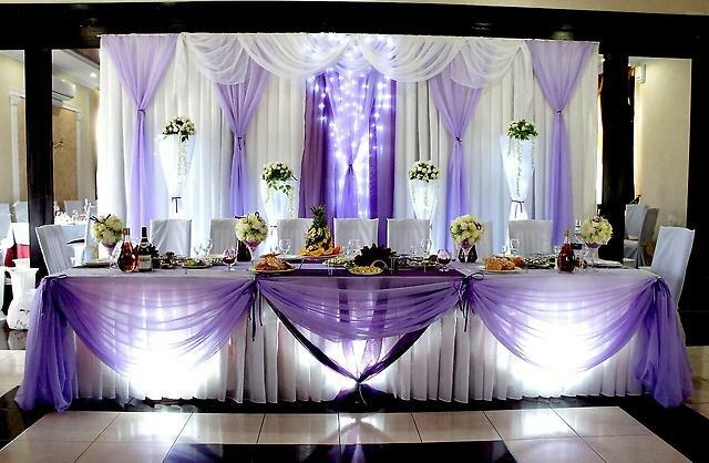 При украшении свадебного зала тканью следует определиться с элементами оформления в зале.Украсить тканью в зале можно все, начиная от стола молодых заканчивая потолком