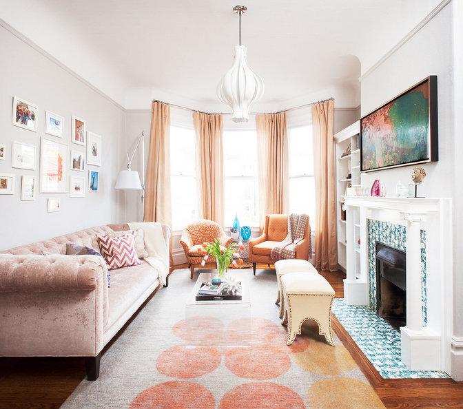 Если не хотите каких-то радикальных изменений, украсьте диван при помощи декоративных подушек с геометрическим принтом, чтобы он по цвету гармонично вписался в ваш интерьер.