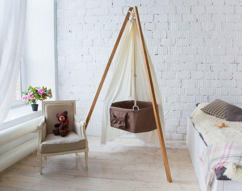 Можно заменить привычную детскую кроватку люлькой. Но если в кровати быстро растущий ребенок может спать несколько лет, то люлька используется недолго.