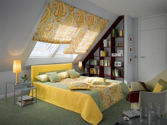 Красивое оформление окон в мансардной спальне шторами: мотив рисунка повторяется в покрывале на кровати