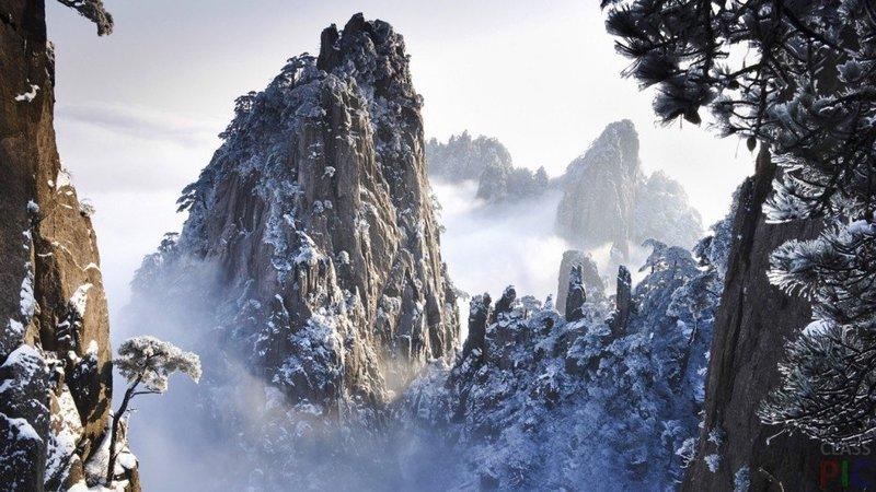 Заснеженная скала в тумане