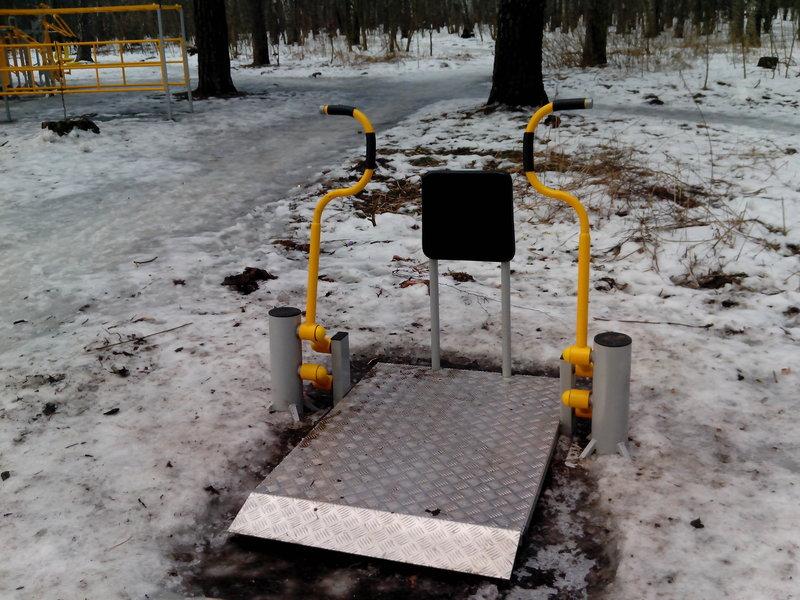 Спортивный тренажер платформа на улице