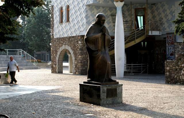 Памятник матери Терезе.