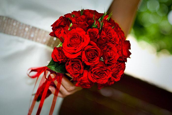 Красные розы в свадебном букете