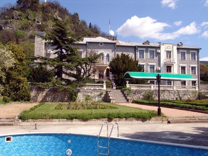 Юсуповский дворец - самай загадочный из дворцов Крыма. Находится Юсуповский дворец на Южном берегу Крыма в древнейшем поселке Кореиз . Расположен он недалеко от нижней дороги пос.Мисхор