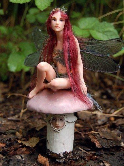Шарнирная кукла из полимерной глины с длинными волосами