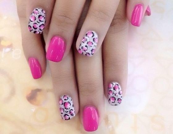 Розовый маникюр с леопардовым узором