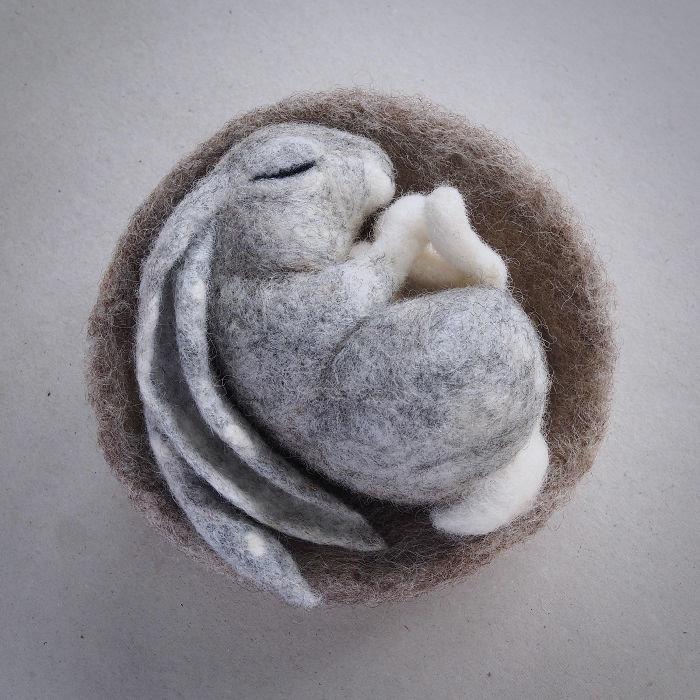 Спящий зайка из войлока