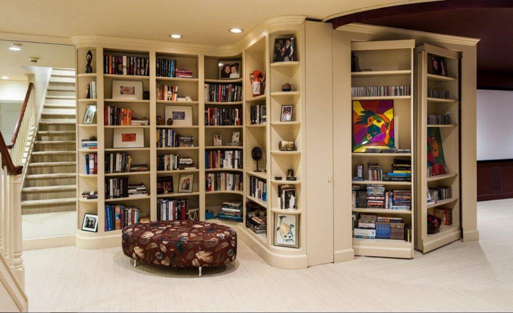Компактный книжный шкаф до потолка.