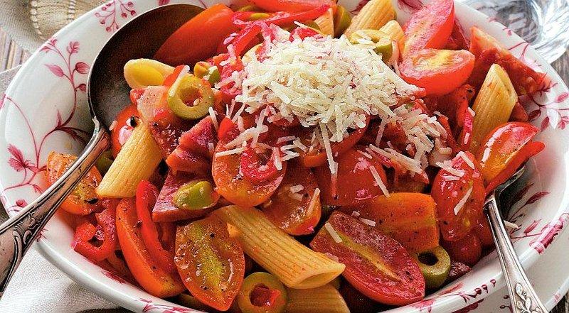 Острый салат с салями и помидорами черри.