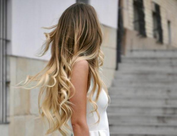 Приверженцы естественной красоты долгое время прибегали к самой щадящей технике окрашивания волос - мелированию. На сегодняшний день она получила множество вариаций, которые помогают девушкам преобразиться без урона своей естественной привлекательности. Среди таких техник - шатуш.