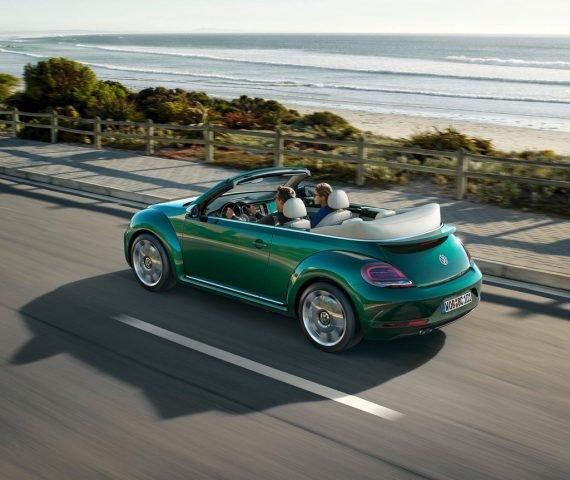 В Германии состоялась презентация рестайнговых хэтчбека и кабриолета Volkswagen Beetle «Жук» 2016–2017 модельного года. У автомобилей слегка изменились экстерьер и интерьер.