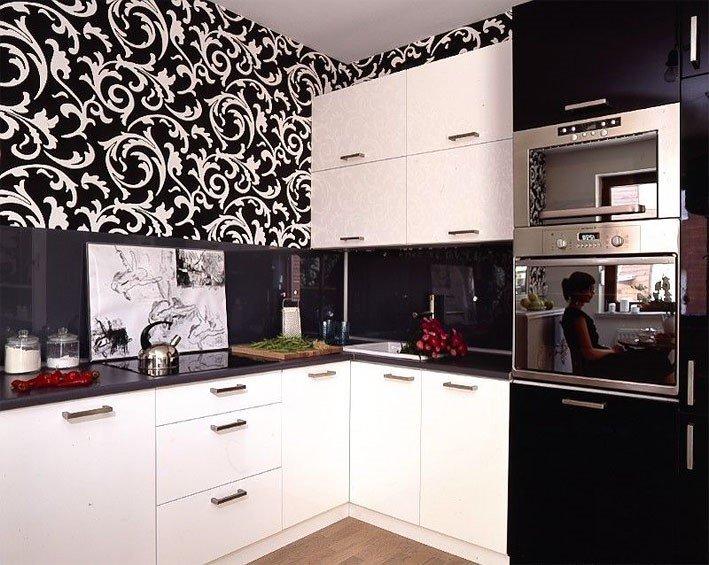 Бело черная кухня какие обои подойдут