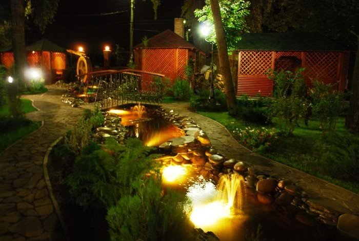 Какие бывают подсветки и аксессуары? Какие виды светильников для водоемов существуют? Как правильно сделать подсветку водоема своими руками?