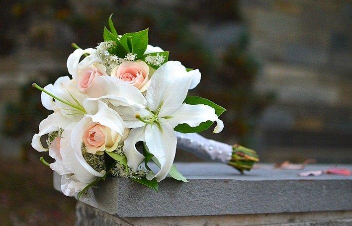 Сформировать фиалку, свадебные букеты лилии с розами