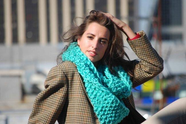 Яркий шарф-хомут