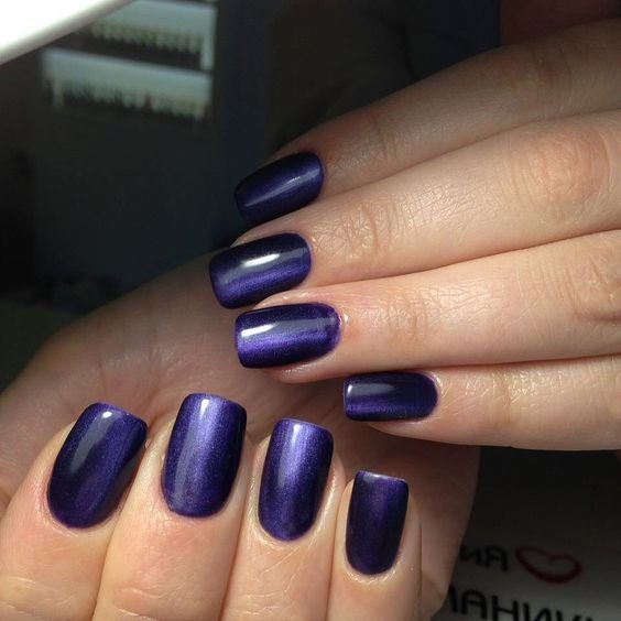 Модный маникюр в темно-синем цвете