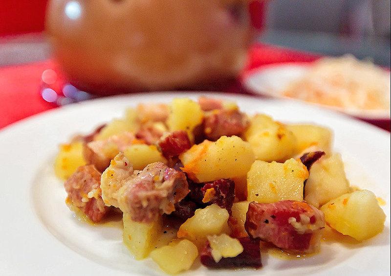 Тушёная картошка с копчёными свиными рёбрами