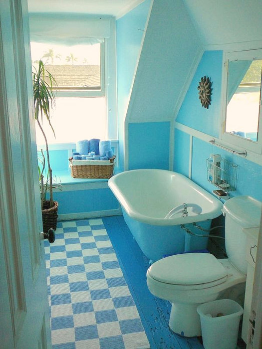 голубая ванна в клеточку яркий принт