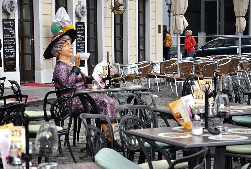В городе имеется множество кафе и ресторанов. Есть немало оригинальных заведений.