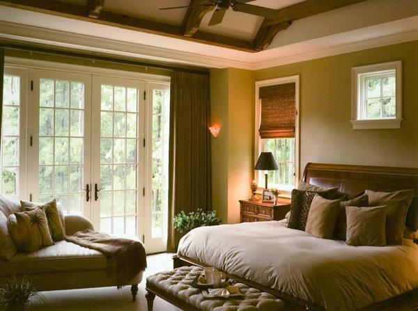 оливкового цвета обивка на мебели, цвета стен в тон обивке в спальне с балками на потолке