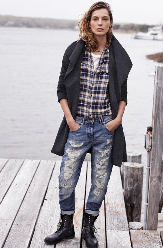 Рванные джинсы дополняет рубашка в клетку и кардиган оверсайз.