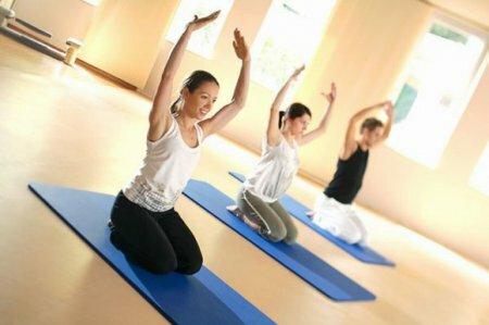 Пилатес, хотя и относится к видам физической активности, по сути своей является довольно пассивным, однако многие считают, что с его помощью можно укрепить общее здоровье организма. А вот на счет того, способствует ли пилатес похудению, мнения расходятся. Ввиду того, что упражнения в пилатесе довольно размеренные и больше направленные на тренировку выдержки и растяжки, специалисты сходятся во мнении, что по-настоящему быстрых и видимых результатов для похудения с помощью пилатеса добиться довольно сложно. Пилатес – это скорее вид спорта, предназначенный для людей, которым противопоказаны серьезные физические нагрузки. Отчасти пилатес немного напоминает йогу и калланетику и направлен на медленную растяжку и тренировку определенных мышц тела. Несмотря на то, что похудение с пилатесом приходит не так быстро, как хотелось бы, пользу от него нельзя переоценить. Выполнение упражнений пилатеса позволит развить в себе дисциплинированность, научит правильно дышать, прибавит гибкости, позволит расслабиться не без пользы для мышц. Такой вид спорта идеально подойдет для неторопливых людей, которые с тяжелыми видами спорта на «вы». Единственное, чего следует опасаться при занятиях пилатесом – чрезмерное растяжение мышц. Пилатесом можно заниматься в группе, посещая спортивный клуб, либо дома, используя видеоматериалы. Однако в группе это занятие покажется вам куда более увеселительным, нежели наедине с самими собой.